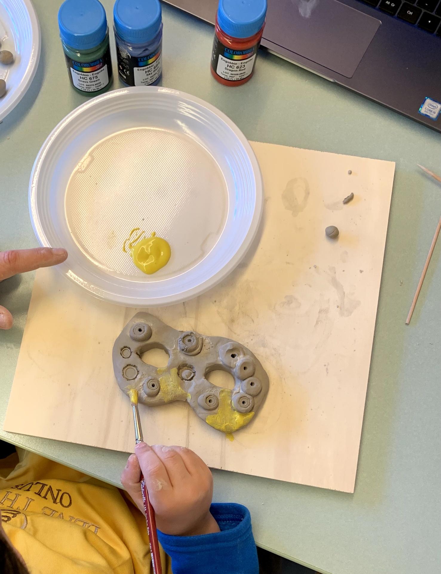 Bambino colora durante laboratorio creativo per bambini con autismo